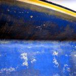 Photo, photographie de détail de coque de bateau du Finistère, bleu, jaune, noir, blanc @ Christophe Pluchon