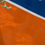 Photo, photographie de détail de coque de bateau du Finistère, orange, bleu, vert et blanc, avec un filet @ Christophe Pluchon