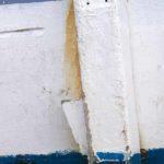 Photo, photographie de détail de coque de bateau du Finistère, blanc, bleu, orange, rouille, avec une béquille @ Christophe Pluchon