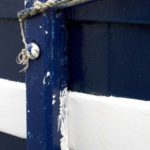 Photo, photographie de détail de coque de bateau du Finistère, blanc, bleu, avec une béquille et une corde ou un cordage @ Christophe Pluchon
