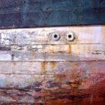 Photo, photographie de détail de coque de bateau du Finistère, rouge, bleu, marron @ Christophe Pluchon