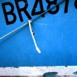Photo, photographie de détail de coque de bateau du Finistère, quartier maritime de Brest, bleu, blanc, avec une corde ou un cordage @ Christophe Pluchon