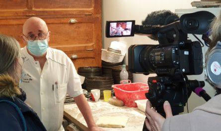 L'association Le Moulin à Images réalise des reportages pour les chaînes Tébéo et Tébésud. L'une des équipes s'est rendue à Douarnenez, à la boulangerie des Plomarc'h, pour montrer la fabrication du kouign-amann.