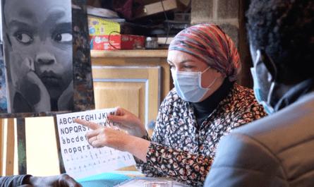 L'école alternative des Monts d'Arrée dans le Finistère accueille de jeunes exilés. Chaque mercredi, des enseignants bénévoles leur donnent des cours de français. Sandrine Corre est co-présidente de l'association Les Utopistes en Action.