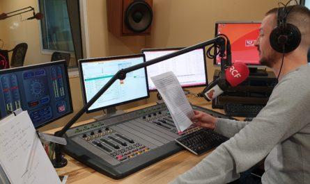 Pour terminer notre série sur les 40 ans des radios libres, après les radios associatives engagées, les podcasts et autres webradios, je promène mon micro dans les studios de RCF Finistère à Brest.