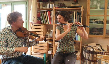 Dan Ross, luthier, fabrique des violons à Plounéour-Ménez (ici avec Solen Lesouëf à la flûte irlandaise)
